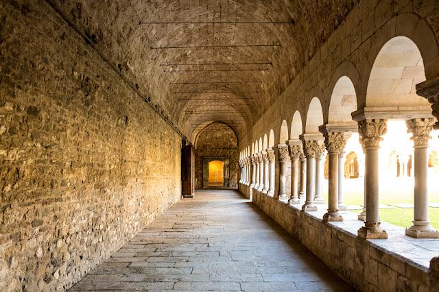 Claustro del Monasterio de Sant Cugat del Vallès :: Canon EOS5D MkIII | ISO400 | Canon 28mm | f/3.5 | 1/25s