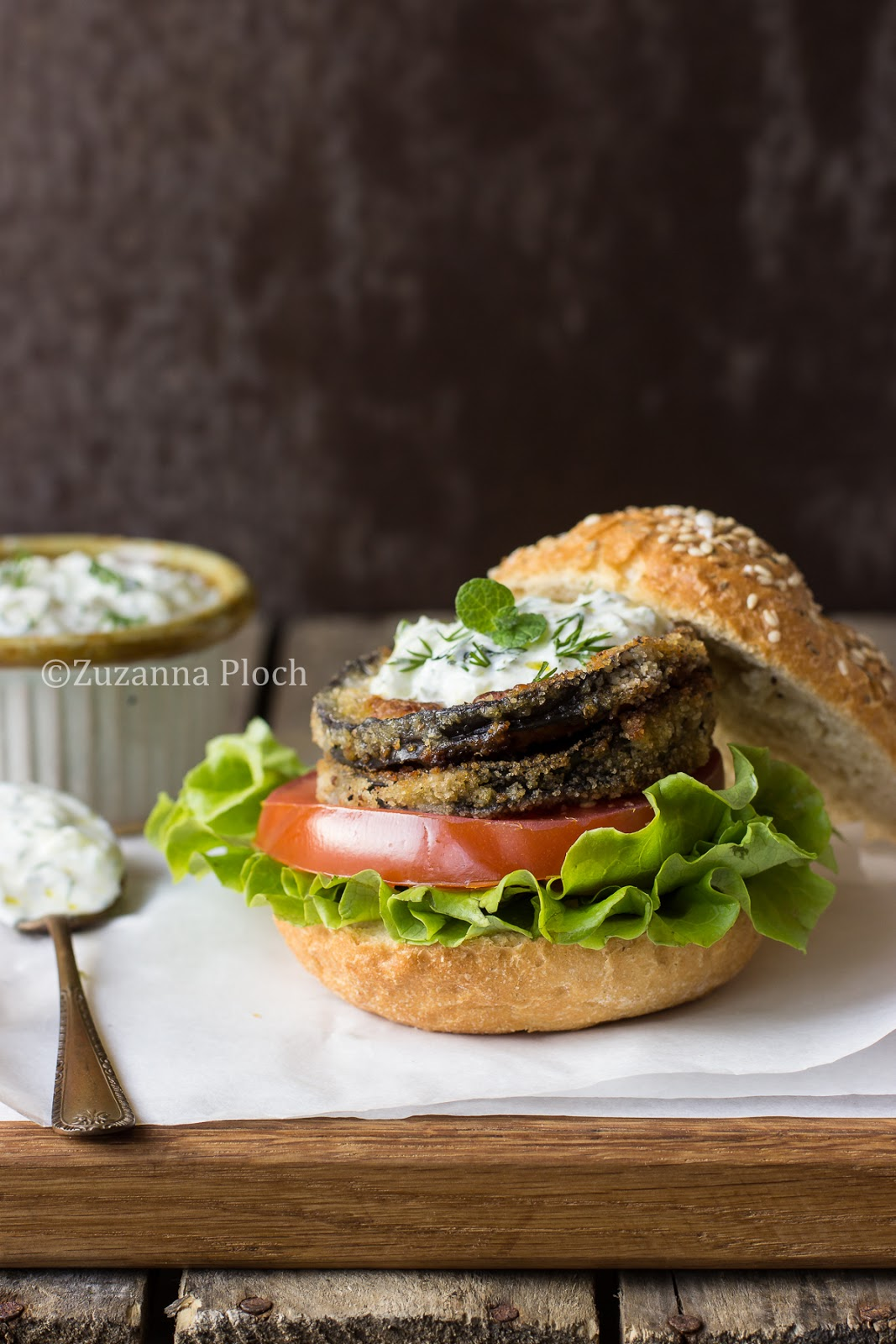 Aubergine burger with tzatziki - Food photography by Zuzanna Ploch, fotografia kulinarna