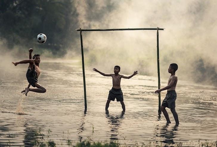 Kekonyolan Bermain Sepak Bola