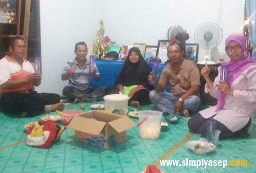 FOTO BERSAMA:  Bu Rudi Maryati, berfoto bersama dengan para pengurus Kelompok Tani Rasau Jaya III di akhir acara. Semuanya antusias ingin tahu lebih banyak lagi tentang Milagros  Foto Asep Haryono