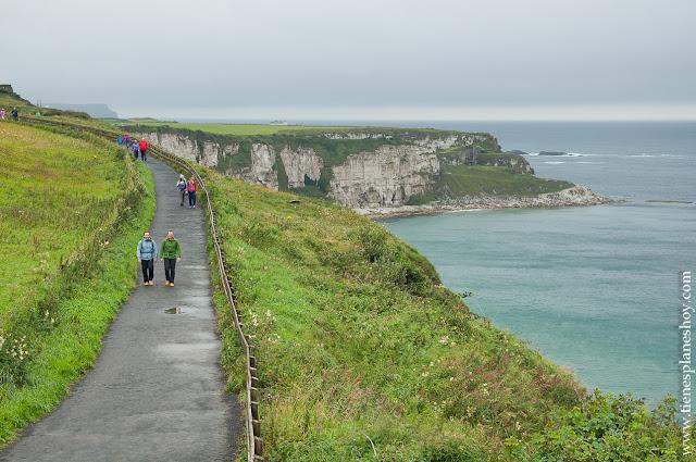 Senda hacia el puente en Irlanda del Norte