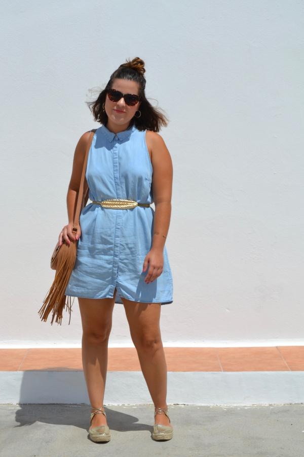 look_vestido_vaquero_apargatas_doradas_bolso_flecos_lolalolailo_03