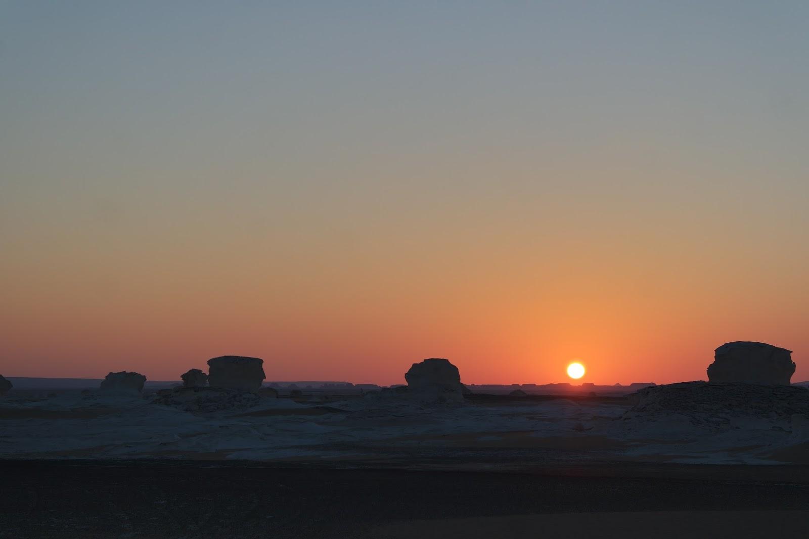 Pôr do sol no Deserto Branco saara