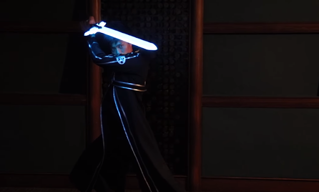 Una réplica de la Elucidator de Kirito en Sword Art Online con luces y control de voz