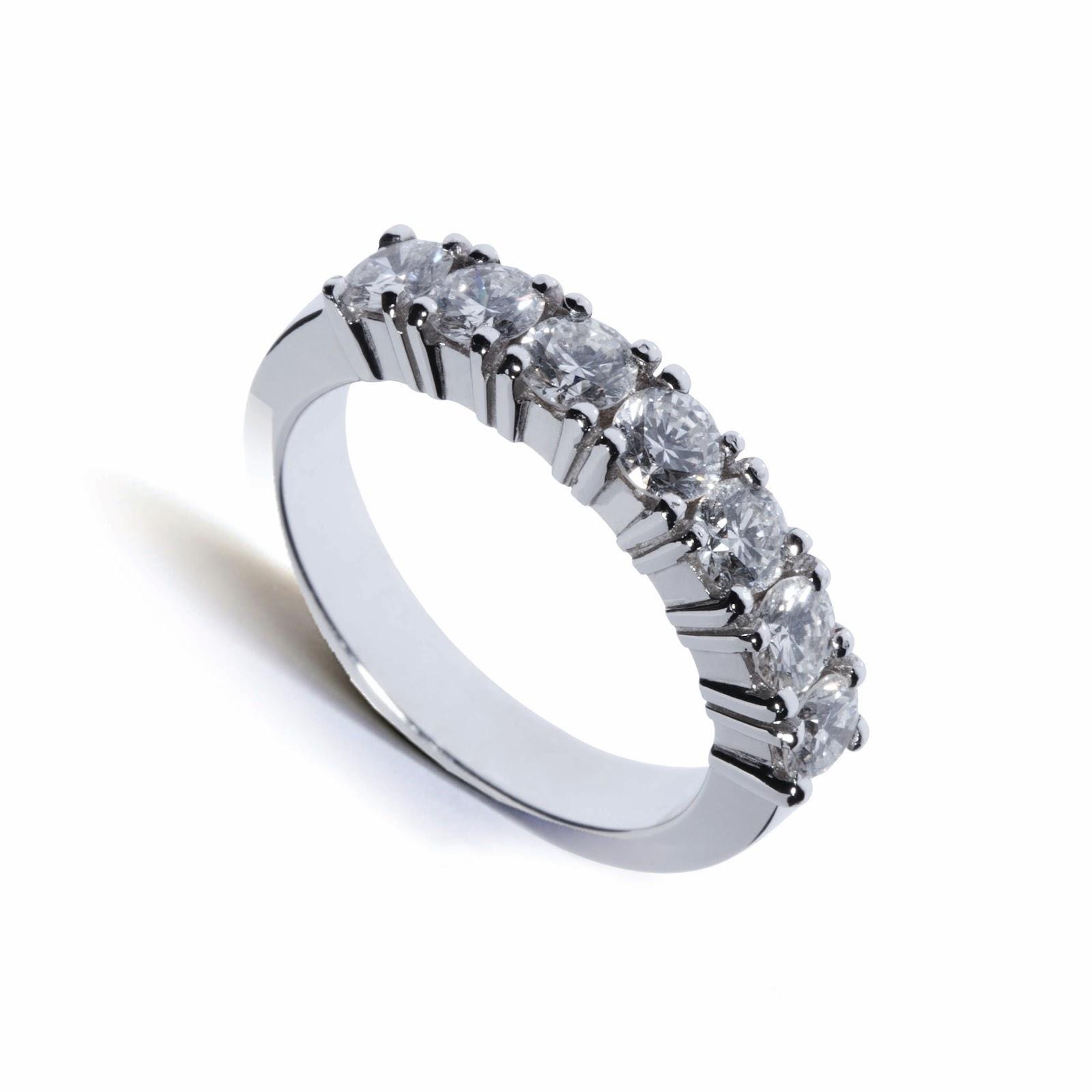 beb3c448976 Sugestões de anéis de noivado e alianças de casamento. O anel de casamento  mais emblemático é o solitário ou aliança de memória com 3