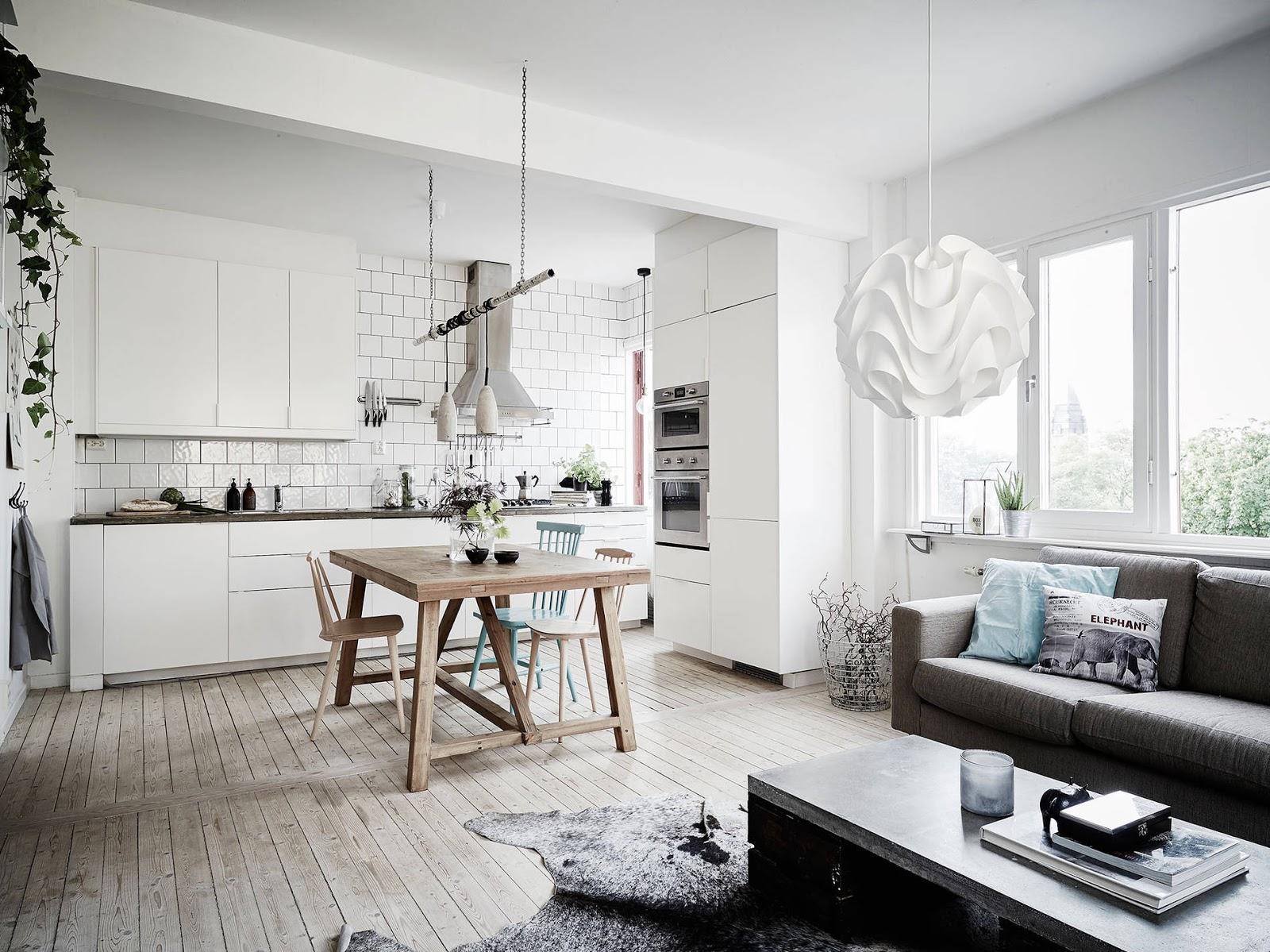 biała kuchnia, turkusowe krzesło, drewniana podłoga
