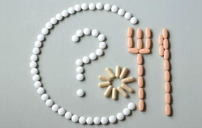 Farmaci in capsule e compresse che rubano vitamine e minerali al corpo