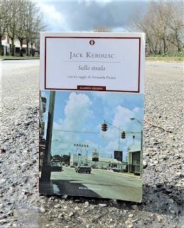 Sulla strada Jack Kerouac Recensione no spoiler felice con un libro