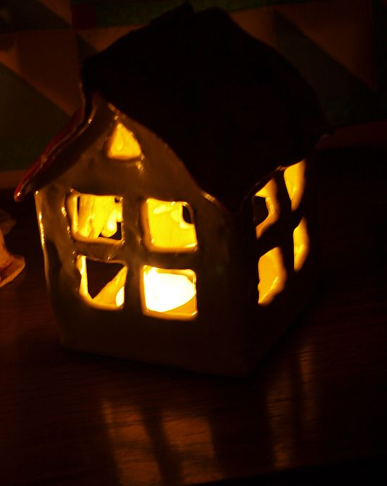 Domek ceramiczny ze świeczką w srodku - okienka i drzwi