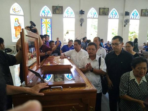 Bupati Rupinus Ikut Misa Requem Ibu Bernadeta Oepang Oeray di Gereja Keluarga Kudus Pontianak