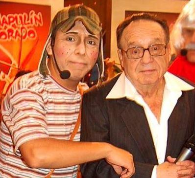 Foto de Edwin Sierra como Chavo del Ocho y el creador del Chavo