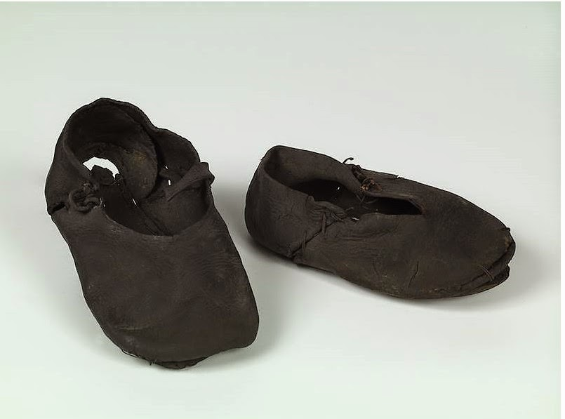 ae8b3c7ae6608 Les « premières chaussures de bébé étaient considérées autrefois comme un  porte-bonheur. Il s agissait des chaussures dans lesquelles le jeune enfant  ...