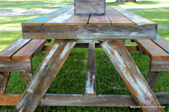 reclaimed wood, outdoor entertaining, pallet furniture, picnic table, http://bec4-beyondthepicketfence.blogspot.com/2016/06/pallet-picnic-table.html