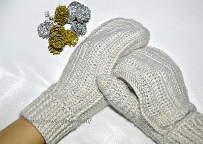Связанные крючком рукавички.
