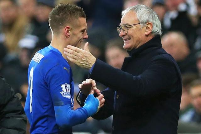 Claudio Ranieri félicitant Jamie Vardy après l'avoir remplacé