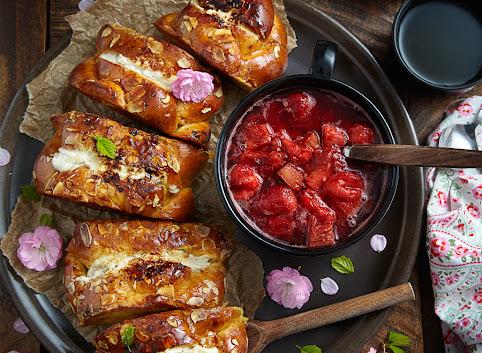 Francuskie tosty nadziane serkiem z sosem rabarbarowo - truskawkowym
