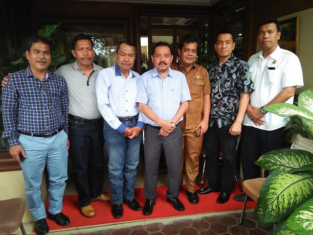 Plt Sekdakab Labuhanbatu Ahmad Muflih foto bersama dengan H Husni Taufik dari Staf Kedutaan Atase Perdagangan Rusia bersama sejumlah Kepala OPD Labuhanbatu.