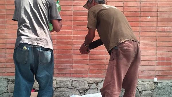 Captan a dos hombres en Quinta Crespo comiendo carne de un perro muerto