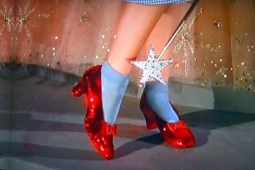 59645c579 (Os famosos sapatinhos de rubi do Mágico de Oz. Essa é a imagem mais  conhecida dos sapatos, já que esse é o famoso close up que o diretor fez  deles e o ...