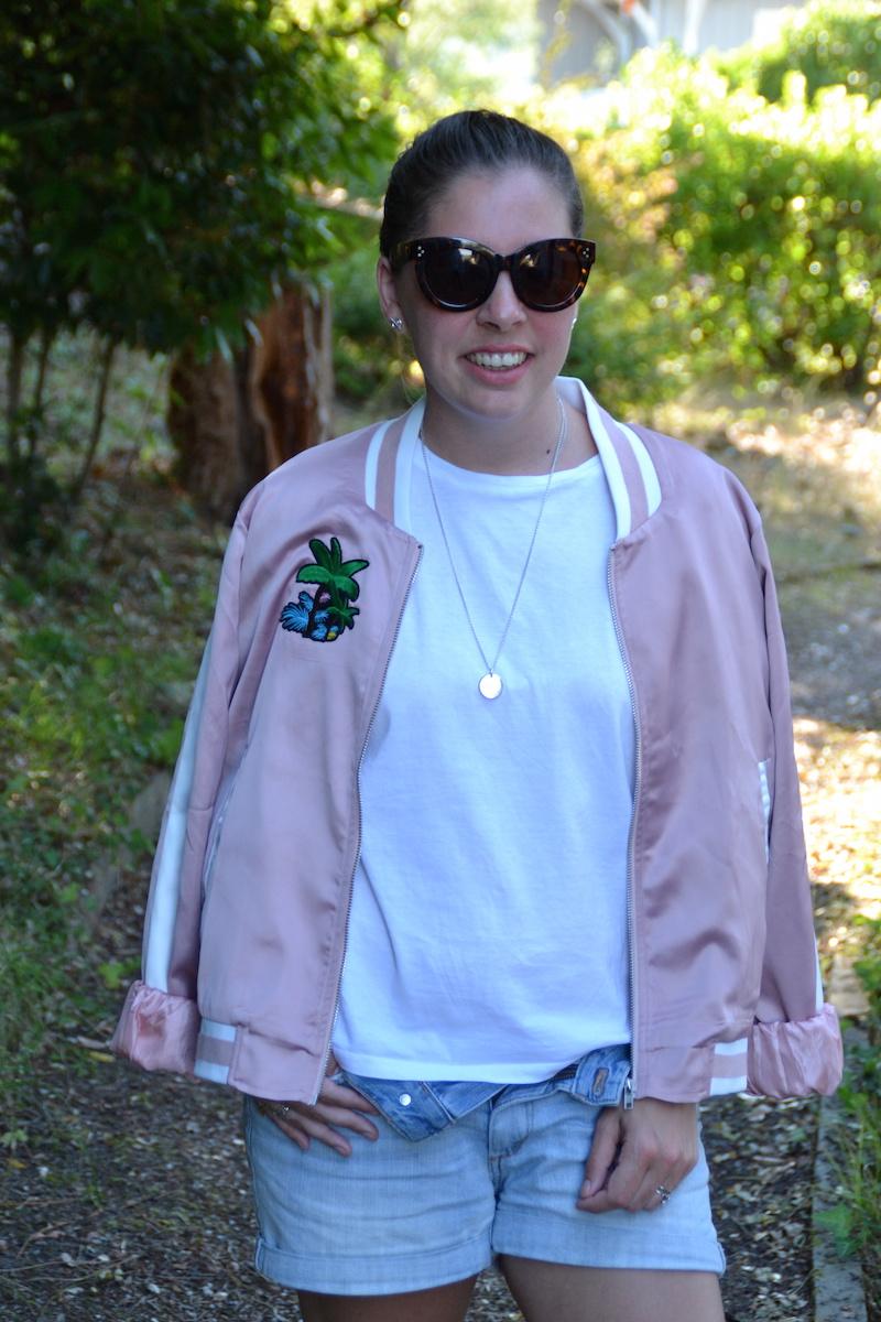 bomber rose Palmier like Maje, t-shirt blanc Stradivarius, lunette aliexpress, short en jean H&M