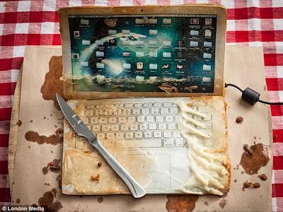 Seorang Fotografer Menggoreng Laptop Demi Karya Seni