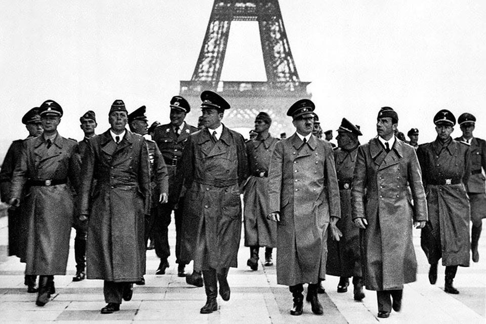 Ναζιστές ηγέτες, συμπεριλαμβανομένου του Αδόλφου Χίτλερ, περπατάνε στο Παρίσι στον απόηχο της γερμανικής κατοχής στις 23 Ιουνίου του 1940.