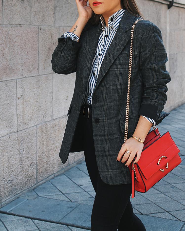 look con americana de cuadros y bolso rojo