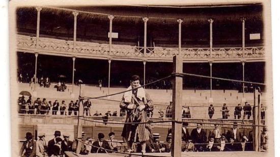 1924, Uzcudun en la plaza de toros de Tolosa.