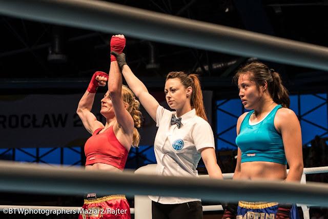 Melissa Martínez Aceves de México ve a su rival Marta Waliczek de Polonia tras caer derrotada en la final del kickboxing de Juegos Mundiales 2017