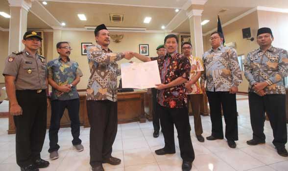 pemkab gelontorkan anggaran untuk kpu kabupaten cirebon