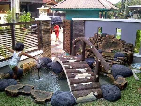 Gambar taman rumah dan kolam ikan di depan rumah