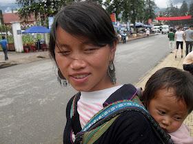 Vietnamitas Hmong con nino pequeno en Sapa (Lao Cai, Vietnam)