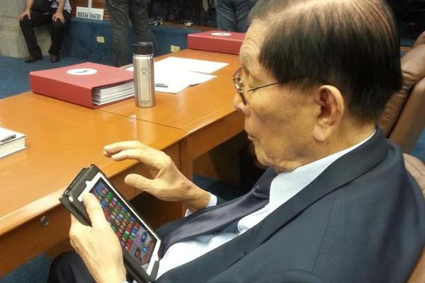 Enrile Playing Bejeweled