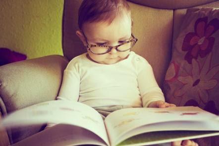 niño lector con gafas desarrollo en la edad infantil
