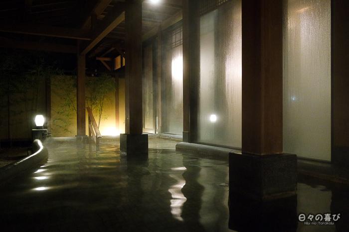 vue sur le rotenburo depuis l'intérieur du bain
