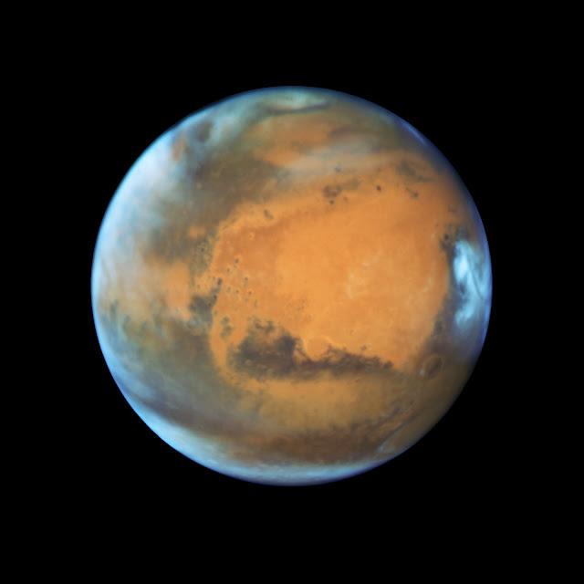 Kính Hubble chụp hình Sao Hỏa trước ngày đạt vị trí trực đối. Bản quyền hình : NASA, ESA, the Hubble Heritage Team (STScI/AURA), J. Bell (ASU), and M. Wolff (Space Science Institute).