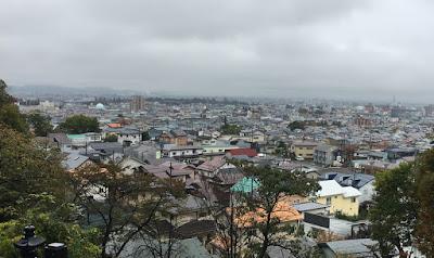 飯盛山から鶴ケ城を望む