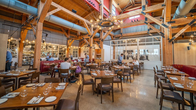 Ambiente do restaurante Wolfgang Puck da Disney Orlando