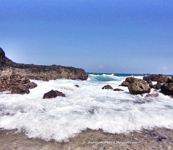 Pantai Nambung Lombok, Pantai Yang Memiliki Pesona Alam Yang Luar Biasa Dan Air Terjun Yang Berada Di Tengah Pantai