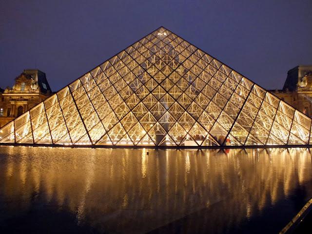 pirámide del louvre iluminada