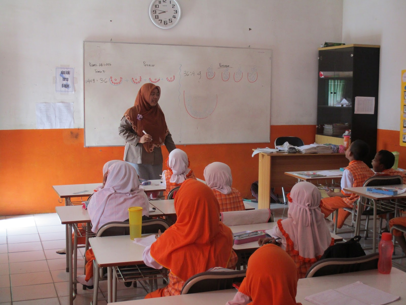 CILEGON Kegiatan KBM Siswa Siswi kelas 2 SD Juara Cilegon pada hari Kamis 28 01 ialah belajar mengenai perkalian dan pembagian