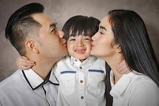 Foto Faby Marcelia dengan Anak dan Suaminya