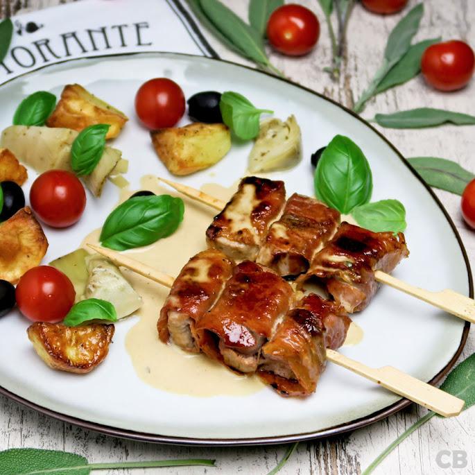 Varkenshaasspiesjes met parmaham, salie en een romige wittewijnsaus