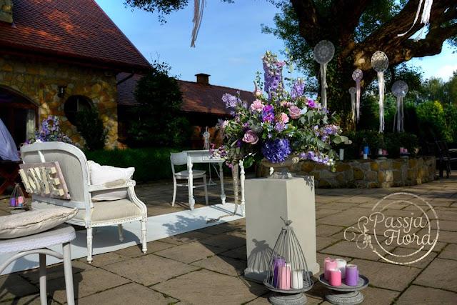 Fioletowe dekoracje ślubu w plenerze.