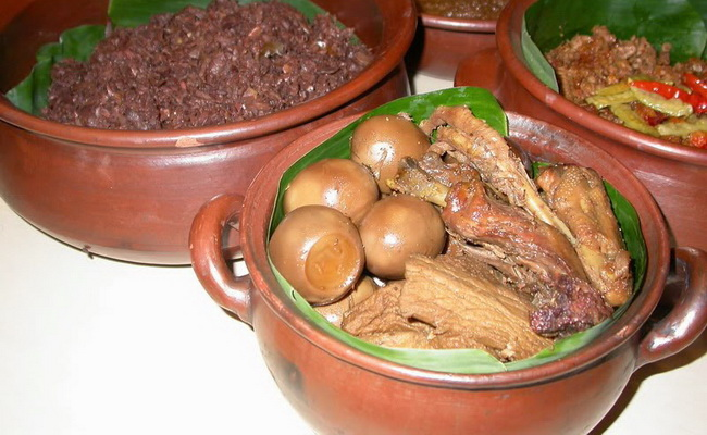 Xvlor.com Gudeg is Yogyakarta cuisine made from green jackfruit and coconut milk