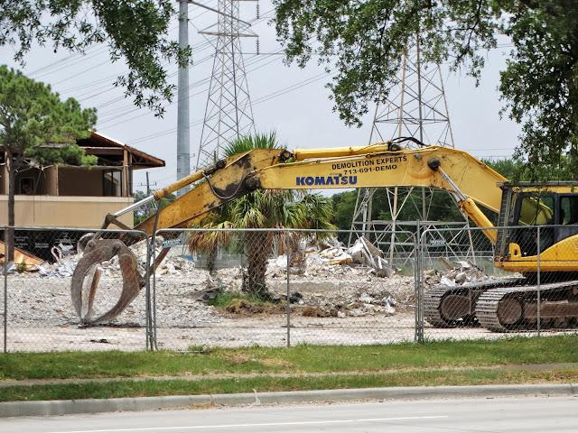 Komatsu jaws: resting on the weekend - Demolition Experts