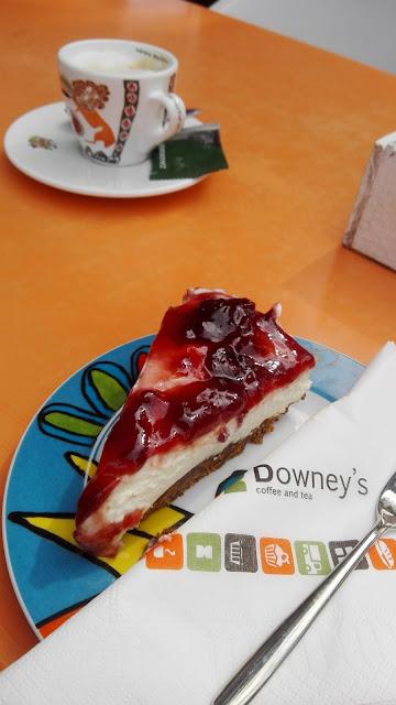 Kop cappuchino met versgemaakte kersen-monchoutaart bij Downey's in Amersfoort.