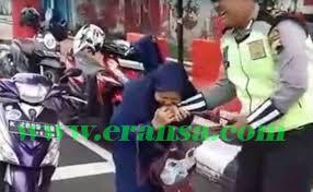 emak-emak gigit tangan polisi