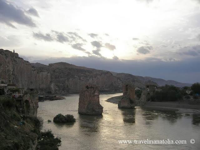 Batman ili, Hasankeyf ilçesi, Hasankeyf Kalesinden Taş Köprü - Yıkık Kemer, Artuklu Devleti dönemi 1140