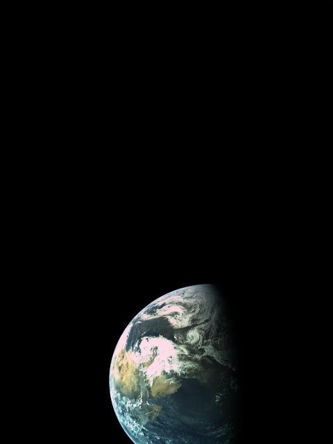 """כדור הארץ ממרחק של כ-16,000 ק""""מ בלבד."""